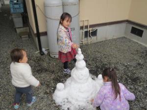 雪のオブジェを囲んで